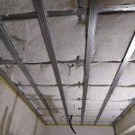 Закладка акустической ваты Шуманет-ЭКО в систему звукоизоляции потолка.